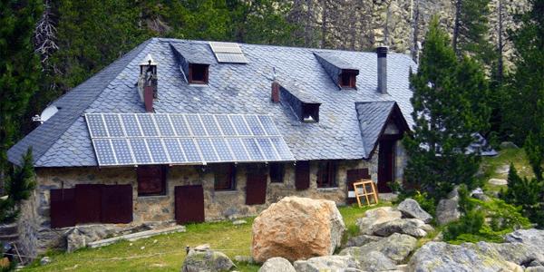 El uso de la energía solar en refugios y casas de montaña