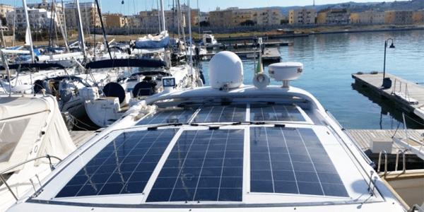 Placas solares en barcos de vela y motor para mejorar su autonomía eléctrica
